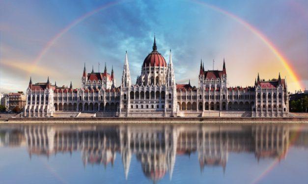 Zászlófelvonás Budapesten a Parlament előtt